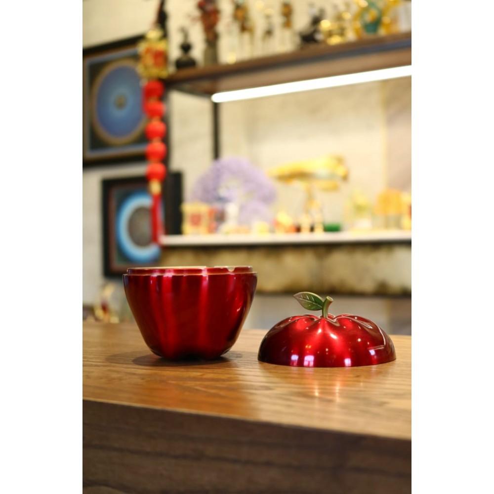 Красное яблоко - символ мира и гармонии